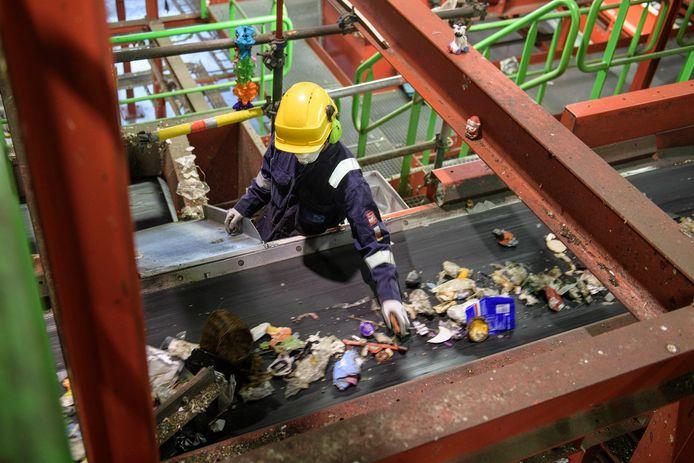 Een sorteerinstallatie van Attero B.V, waar vrachten huishoudelijk pmd-afval worden gecontroleerd op de aanwezigheid van restafval.