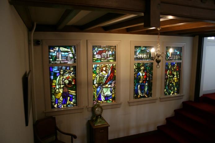 Vier gebrandschilderde ramen van kunstenaar Hugo Brouwer voordat ze werden verwijderd uit de gemeentevilla in Nuenen