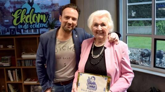 Oma Nel met NPO Radio 2-dj Gerard Ekdom.