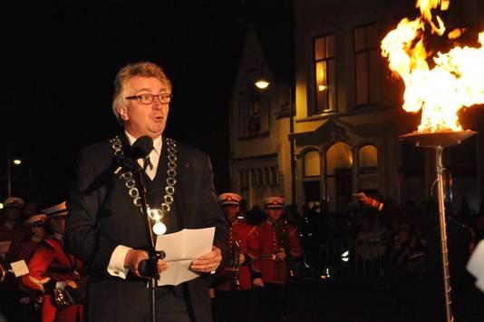 Burgemeester van Wageningen Geert van Rumund ontsteekt het bevrijdingsvuur.