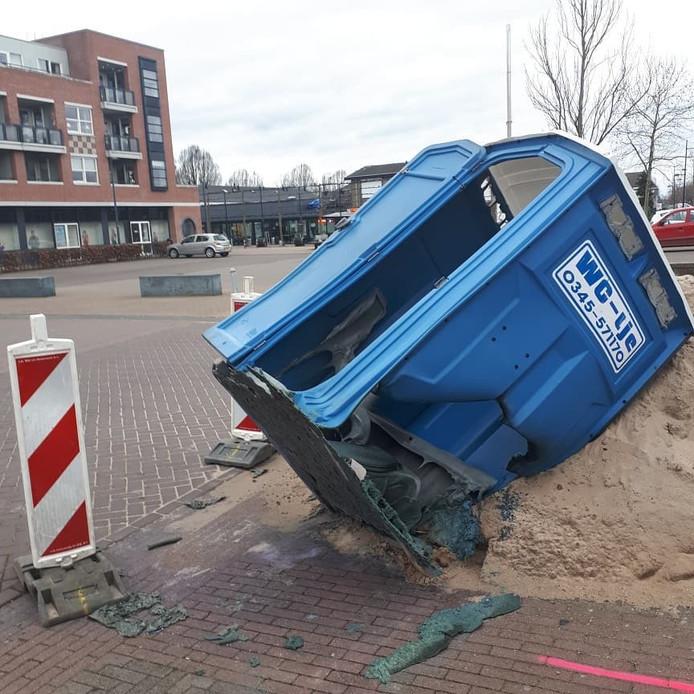 De vernielde wc op het Dorpsplein in Dodewaard.