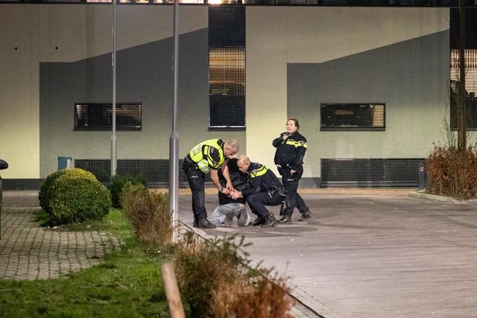 De arrestatie van de 42-jarige M.F. na het steekincident bij MFC De Baron.