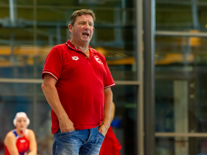 Jan Mensink, hoofdtrainer van de waterpolosters van Het Ravijn.