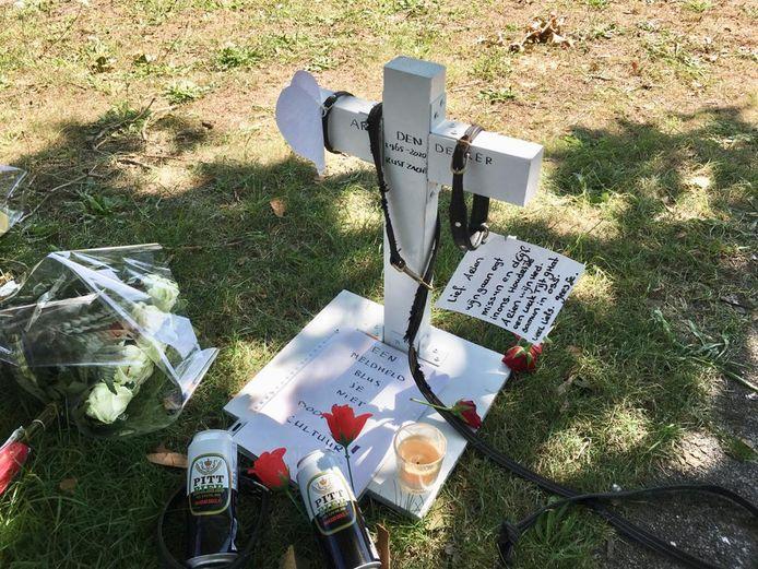 Een kruis en kaarten ter herinnering aan Arie den Dekker, bij het gemeentehuis van Oss.