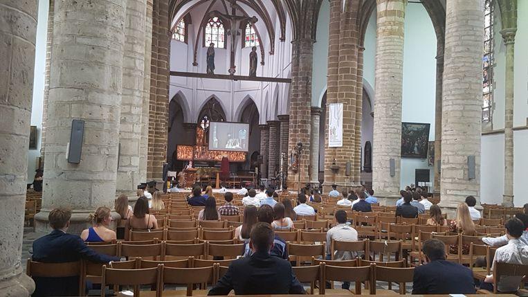 De leerlingen zaten in de kerk allen op anderhalve meter afstand van elkaar.