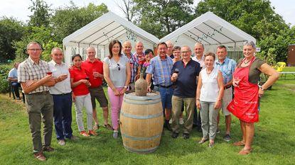 Wijnbouwers presenteren wijnen in tuin Frans Heyvaert