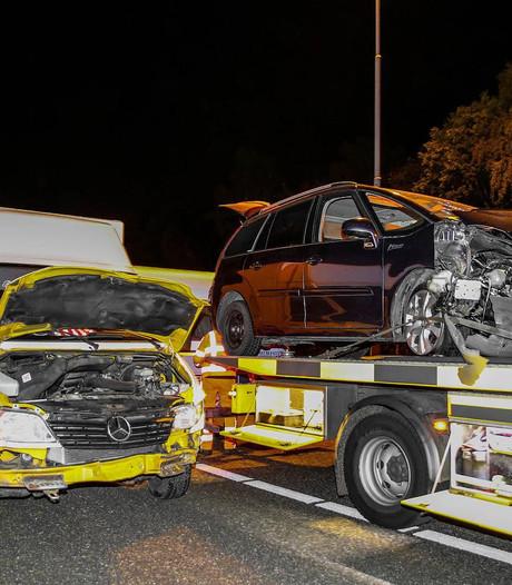 Auto klapt tegen vangrail A27: busje met caravan botst tegen gestrand voertuig