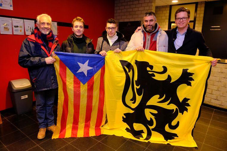 V.l.n.r.: de Catalanen Ramon Codina, Ricard Batasen Dolset, Ramons zonen Albert en Josep en Vlaams Belangraadslid Dimitri Hoegaerts.