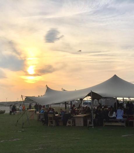Nagele houdt strandfeest met dj's en flyboard