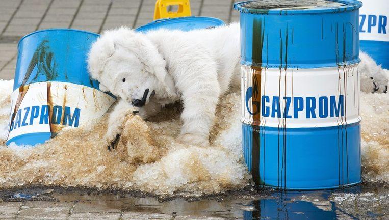 Een als ijsbeer verklede Greenpeace-activist protesteert tegen de oliewinning door Gazprom. Beeld EPA