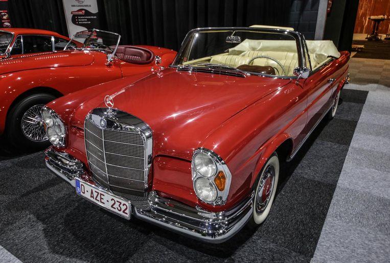 125.000 euro | De Mercedes 220 FE uit 1964 is een erg populaire wagen. Omdat het een cabriomodel is voor 4 personen kunnen ook de kinderen mee.