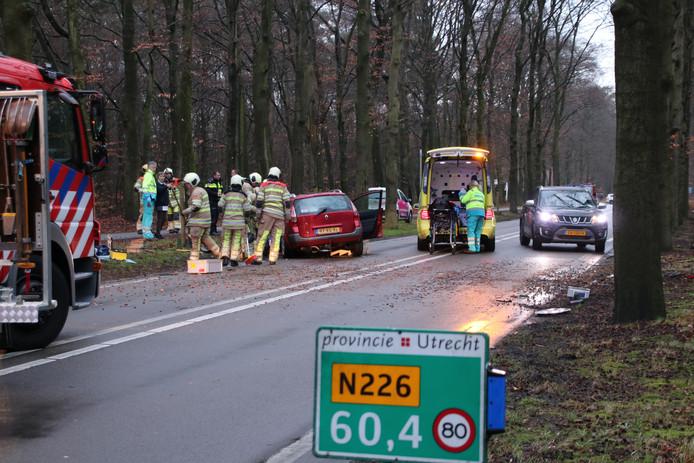 Donderdagmiddag botste een auto frontaal op een boom aan de Woudenbergseweg - N226 in Maarsbergen.