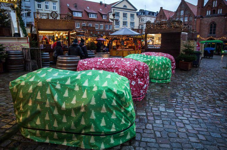 Betonblokken ingepakt als kerstcadeau op de kerstmarkt van Lübeck