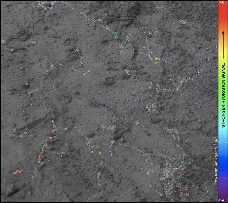 Beeld van de rots genaamd Knorr. De kleurcodering geeft de hoeveelheid gehydrateerde mineralen aan. Rood wil zeggen dat er veel gehydrateerde mineralen in de bodem zitten. Beeld NASA