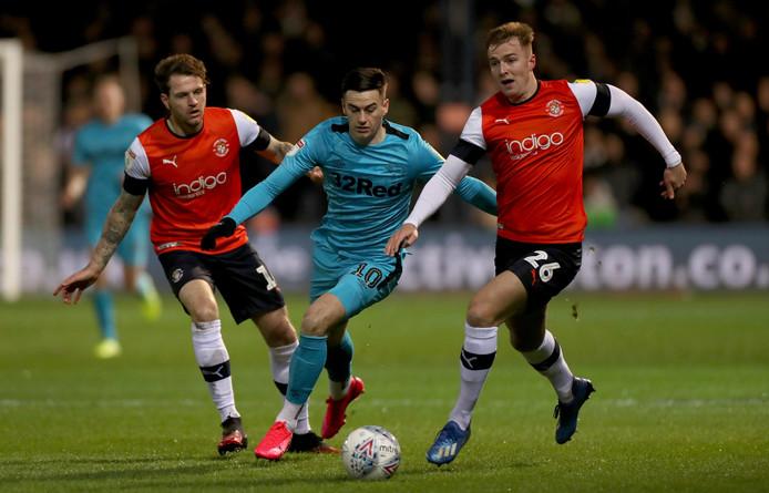 Derby County-middenvelder Tom Lawrence in actie tegen Luton Town.