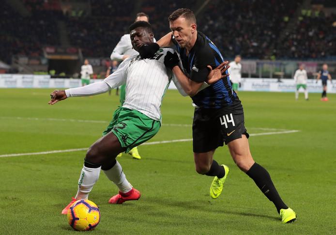 Ivan Perisic (r) probeert zich langs Alfred Duncan te worstelen.