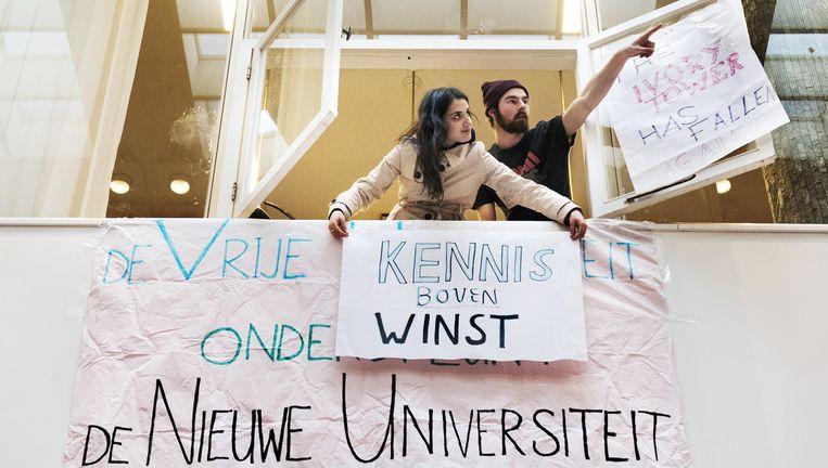 Studenten hangen donderdag spandoeken op in het Maagdenhuis. Beeld Sanne De Wilde
