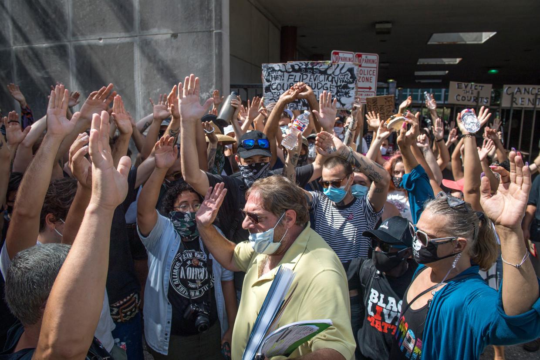 In New Orleans blokkeren activisten van een organisatie die opkomt voor de rechten van huurders de toegang tot het gerechtsgebouw. De demonstranten proberen zo te voorkomen dat de door huisbazen ingeschakelde advocaten hun zaak voor de rechter kunnen brengen.