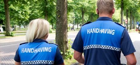 Twee mannen beledigen BOA's en slaan zakcomputer uit de handen in Den Bosch