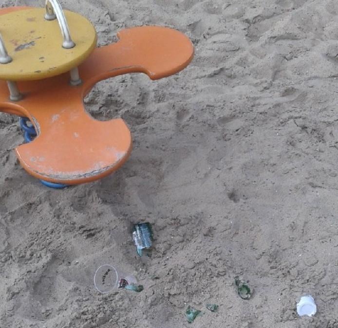 In de speeltuin aan de Koningin Emmalaan lag een kapotgeslagen bierfles.