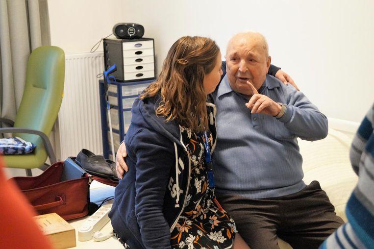 """Bewoner Gabriël Viaene vindt troost bij zorgkundige Febe Desmet. """"We gingen heus niemand vergeten hoor"""", stelt ze hem gerust."""