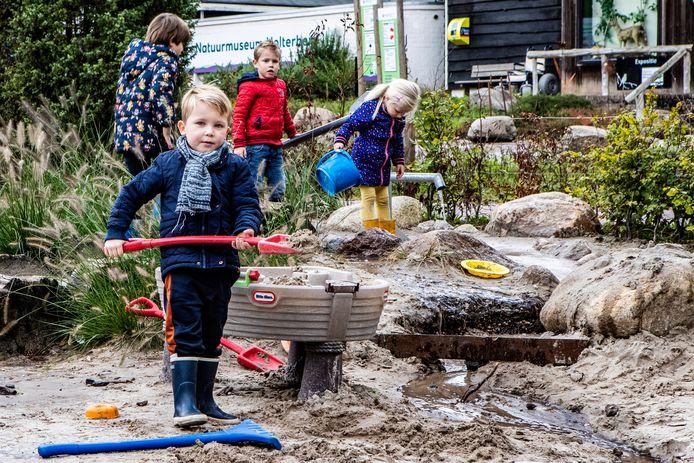 Drukte op de Holterberg. Nout uit Almelo,  Lucas uit Amsterdam en Filine en Jurre uit Bathmen vermaken zich opperbest in de speeltuin op de eerste dag van de Herfstvakantie.
