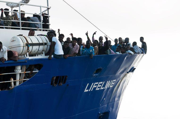 De Lifeline dobbert rond op de Middellandse Zee met 230 migranten aan boord.