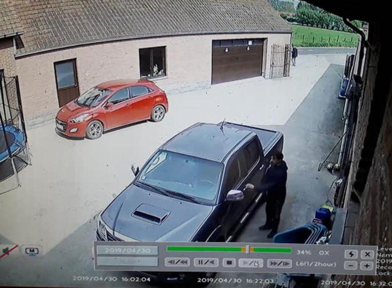 Op de bewakingsbeelden is te zien hoe een van de daders zich naar de Hilux begeeft, terwijl een kompaan op de uitkijk blijft staan.