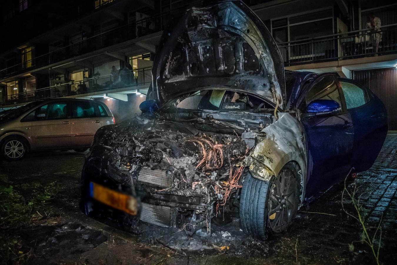 Auto op Prins Frederiklaan in Leidschendam gaat in vlammen op