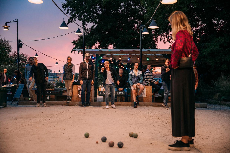 Bij de Zweedse boulebar Tanto worden de ballen voor elke wedstrijd gedesinfecteerd, maar 's avonds lijken de regels niet meer te bestaan. Beeld Marlena Waldthausen