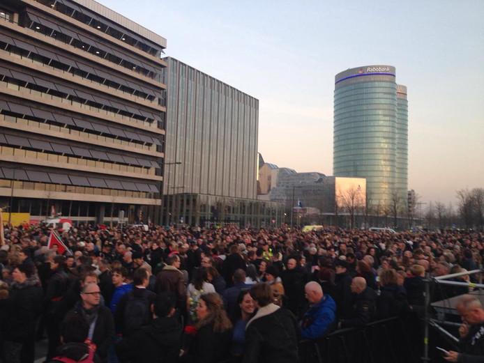 Duizenden mensen verzamelen zich op Jaarbeursplein.