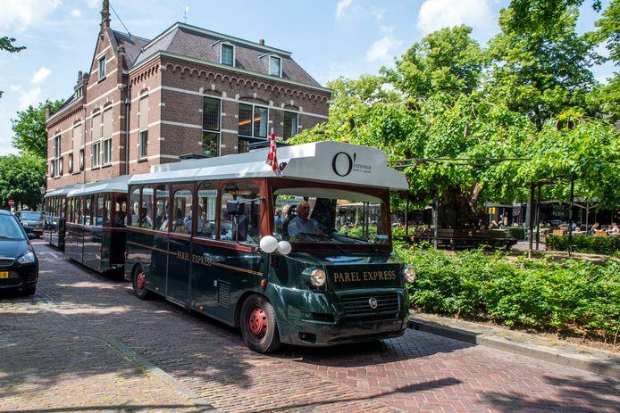 Parel Express passeert het raadhuis van Oisterwijk, waar dit jaar een nieuwe gemeenteraad aantreedt.