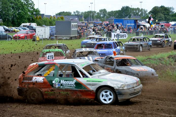 Coureurs krijgen ruim baan in Meerkerk en het publiek heeft er een goed zicht op de race.