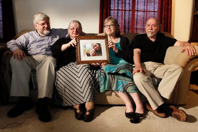 In juni 2014 houden Patrick Boyle, Linda Boyle, Lyn Coleman en Jim Coleman een foto vast van hun gekidnapte kinderen, Joshua Boyle en Caitlan Coleman.
