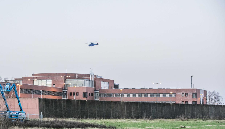 Een politiehelikopter vertrekt van de binnenplaats van de gevangenis in Zutphen, waar zondag een ontsnappingspoging werd verijdeld.