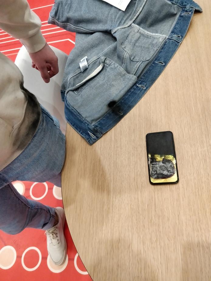 De iPhone X van Ron Barten uit Mariahout ontplofte in zijn jaszak.