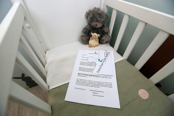 De vondelingenkamer in Papendrecht met een wieg en folders met informatie in verschillende talen. De moeder kan met een alarmknop hulp inschakelen, maar ze kan haar baby ook geheel anoniem achterlaten.