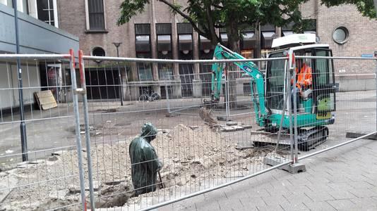 Aan de kant van het Binnenwegplein staan hekken en worden sleuven gegraven voor kabels en leidingen.