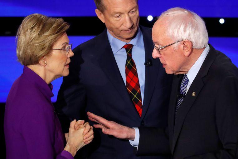 Elizabeth Warren tegenover Bernie Sanders (rechts) na afloop van het laatste debat. Medekandidaat Tom Steyer kijkt toe.