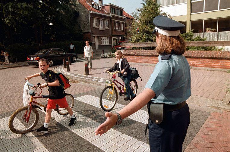 POLITIE AAN DE SCHOOLPOORT EKEREN fiets