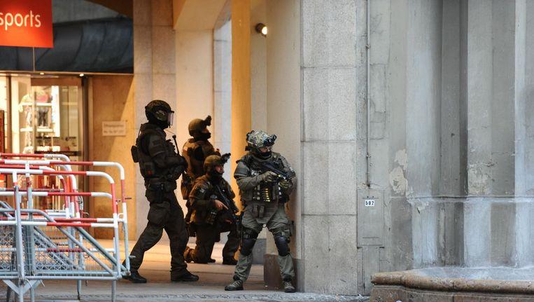 Duitse politieagenten beveiligen het gebied vlak na de aanslag in München. Beeld null
