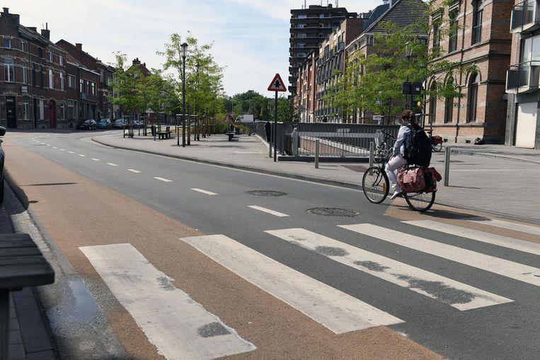 De fietsstrook aan de rechterzijde van de weg stopt op een bepaald moment. Fietsers moeten dan de ventweg aan het oude slachthuis gebruiken.