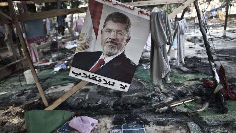 Een poster van ex-president Morsi op het Rabaa al-Adawiya-plein in Caïro, waar gisteren een demonstratie werd neergeslagen. Beeld afp