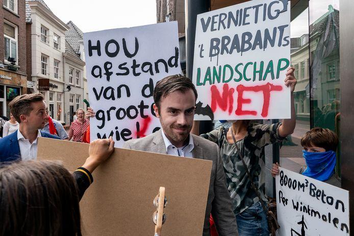 Voorafgaand aan de allesbeslissende raadsvergadering over het windpark in de Rosmalense polder was wethouder Mike van der Geld mikpunt van kritiek.