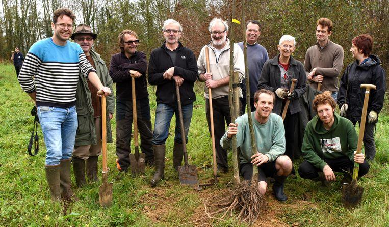 Mensen van Natuurpunt en vrijwilligers planten bomen op de Kesterheide.