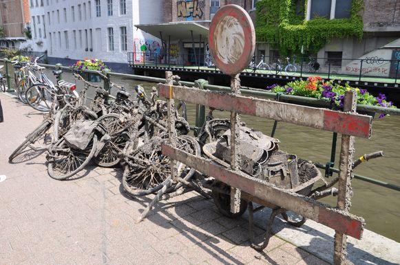 De fietsen vol mosselen staan aan de Ajuinlei.