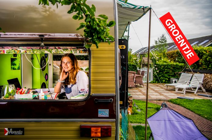 Manon Vianen in de caravan in haar achtertuin.
