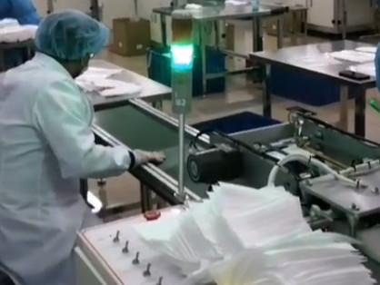 In de fabriek van ondernemer Hans Poulis kunnen per dag zo'n half miljoen mondkapjes geproduceerd voor Nederlands verplegend personeel