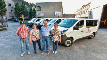 Vier nieuwe schoolbusjes