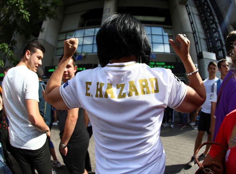 Een fan met het shirt van Hazard aan Bernabeu.